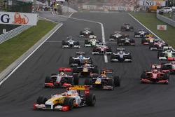 Start: Fernando Alonso, Renault F1 Team leads the field