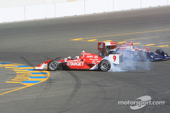 Scott Dixon, Target Chip Ganassi Racing spins in the last corner