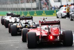 Sebastian Vettel, Ferrari SF16-H, stellt sich an der Schlange zum Boxenausgang an