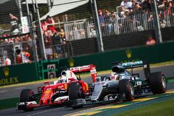 Lewis Hamilton, Mercedes AMG F1 Team W07 und Sebastian Vettel, Ferrari SF16-H, im Kampf um die Psoitionen