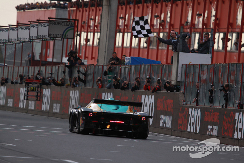 #33 Vitaphone Racing Team DHL Maserati MC 12: Alessandro Pier Guidi, Matteo Bobbi takes the checkered flag