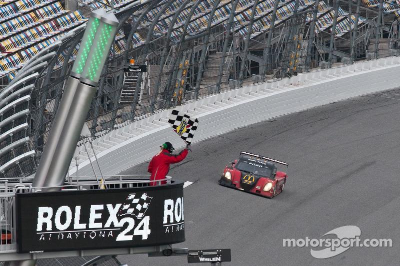 #77 Doran Racing Ford Dallara: Memo Gidley, Fabrizio Gollin, Brad Jaeger, Derek Johnston takes the checkered flag