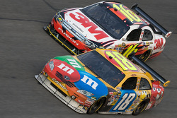 Kyle Busch, Joe Gibbs Racing Toyota, Greg Biffle, Roush Fenway Racing Ford