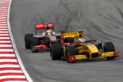 Vitaly Petrov, Renault F1 Team leads Lewis Hamilton, McLaren Mercedes