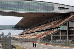 Pedro de la Rosa, BMW Sauber F1 Team walks the circuit