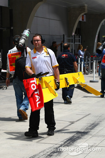 The front wing of Vitaly Petrov, Renault F1 Team