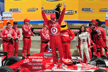 Scott Dixon celebrates his victory