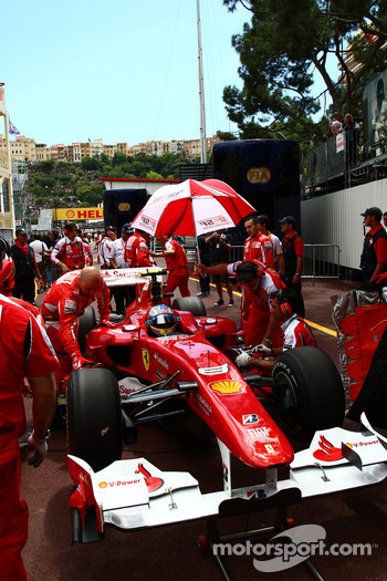 Fernando Alonso, Scuderia Ferrari starts from the pit lane