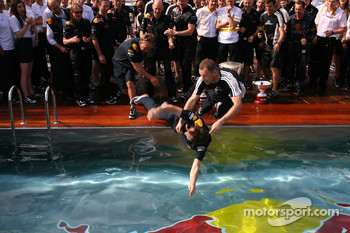 Red Bull mechanics end up in the swimming pool