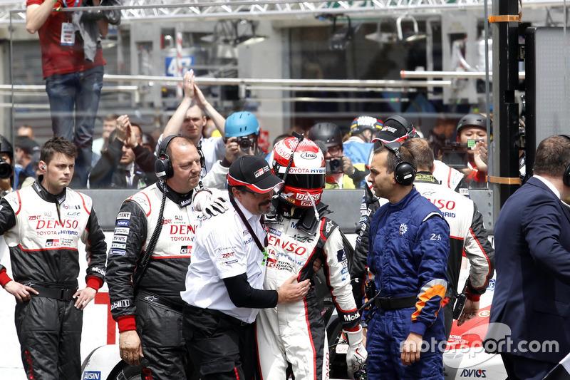 8. #5 Toyota Racing Toyota TS050 Hybrid: Казукі Накадзіма і Роб Льопен після завершення перегонів