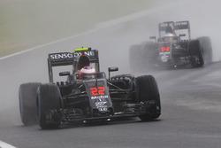 Jenson Button, McLaren MP4-31; Fernando Alonso, McLaren MP4-31
