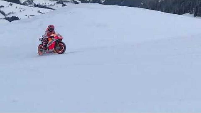 MotoGP Márquez, con la Honda MotoGP por la nieve
