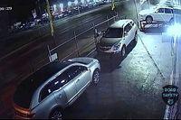 Óriási tempóban szállt bele az autókereskedésbe, de csodával határos módon túlélte a Cadillac-sofőr