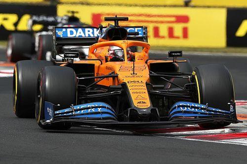 Ezzel a céges McLarennel érkezett meg Sainz Silverstone-ba
