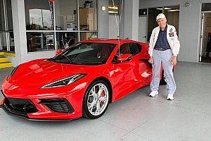 Se compra un Corvette C8 para celebrar su 90 cumpleaños