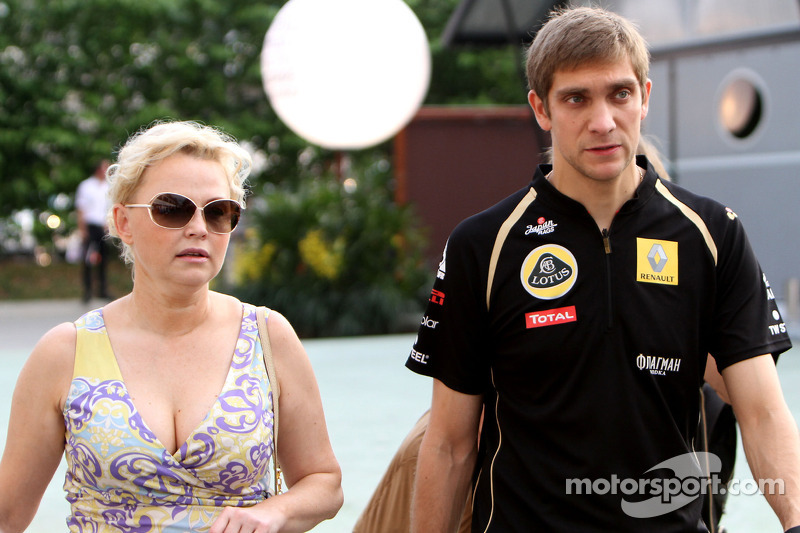 Renault gives Petrov 'stay or go' deadline - manager