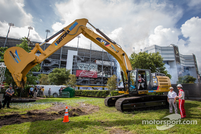 Biffle/Bayne wheel-loader win highlights Daytona groundbreaking