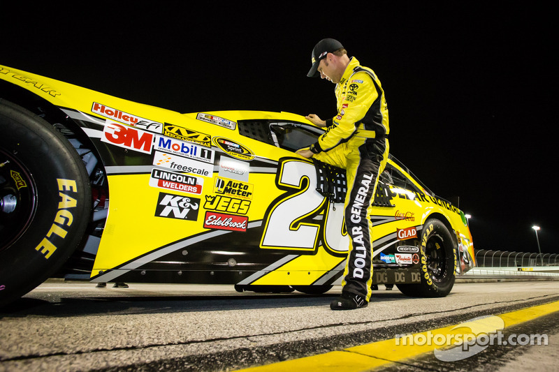 Kenseth races to season finale pole at Homestead