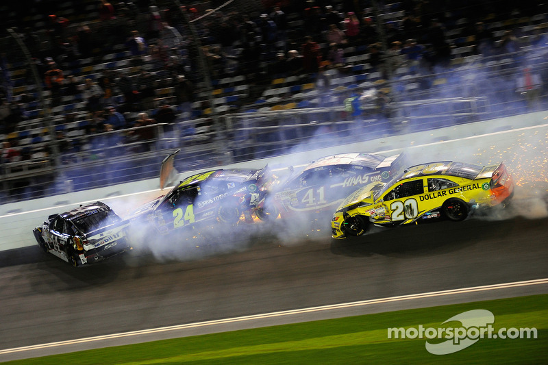 Big wreck red flags Daytona Unlimited - video