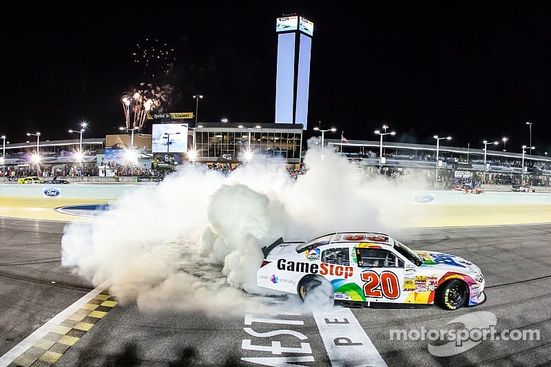 Kenseth edges Busch and Larson for Nationwide victory