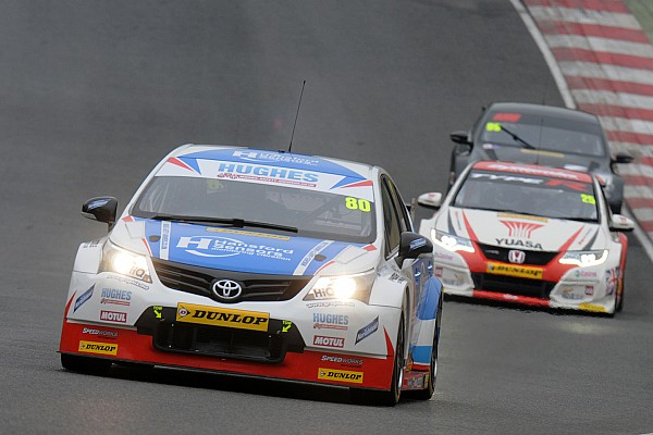 Ingram manda en una práctica húmeda en Brands Hatch