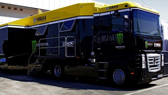 Un camion del team Tech 3 investe un motociclista