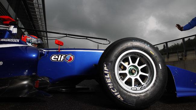Kevin Magnussen si impone in gara 2 sotto al diluvio