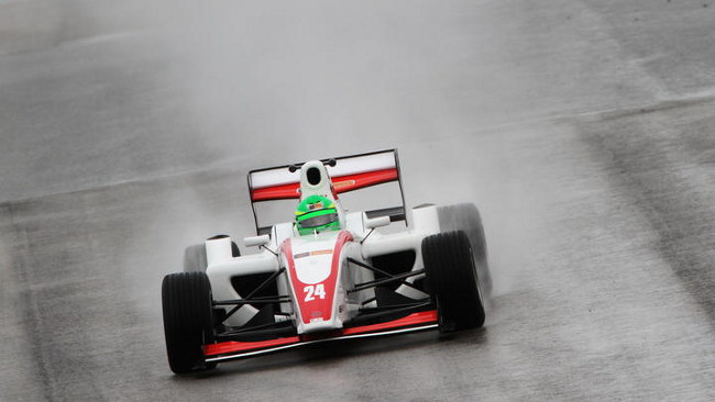 Brands Hatch, Gara 1: Mirocha strepitoso sul bagnato