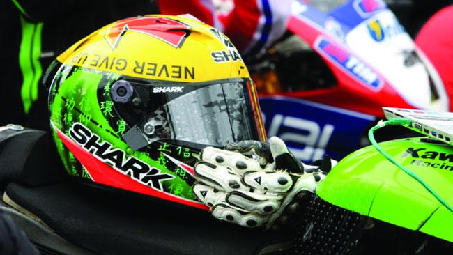 Tom Sykes mette all'asta il casco dedicato a Lascorz