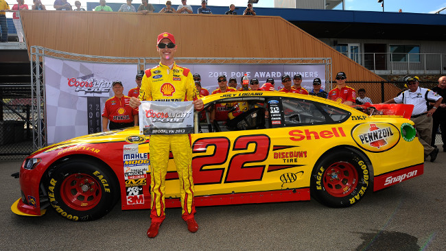 Pole da record per Logano a Michigan