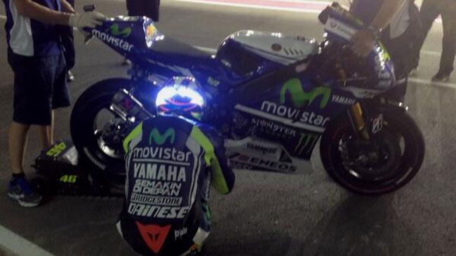 Valentino Rossi mette i led sul casco per il Qatar