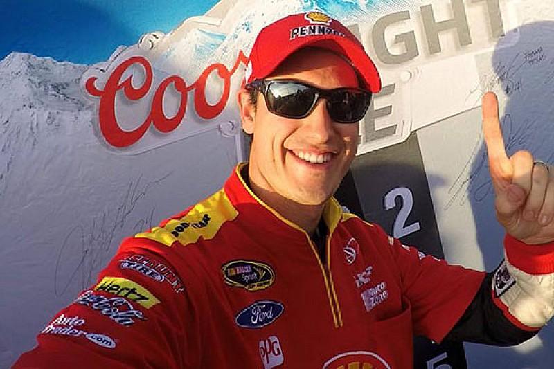 Joey Logano coglie la terza pole position del 2015