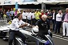 Prefeito de Londres dá voltas ao redor do Battersea Park dentro de um Fórmula E