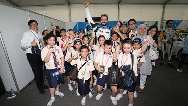 I bambini di Singapore in visita al paddock