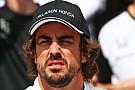 Fernando Alonso zeigt der FIA den Vogel