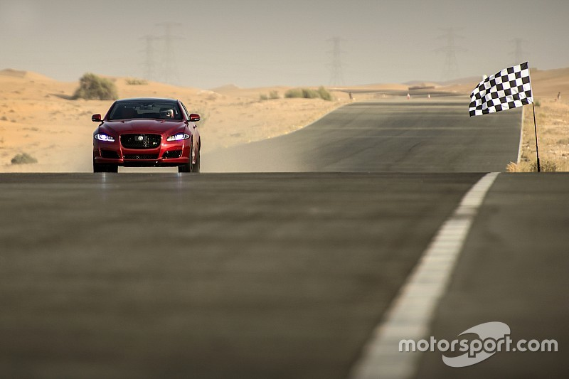 Martin Brundle racet in Jaguar tegen menselijk vliegtuig