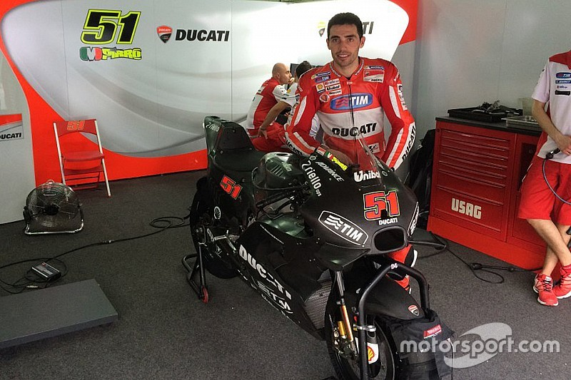 Michele Pirro svela le forme della nuova Ducati GP16
