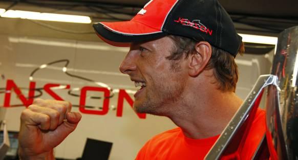 Button 200. yarışındaki galibiyeti kutluyor