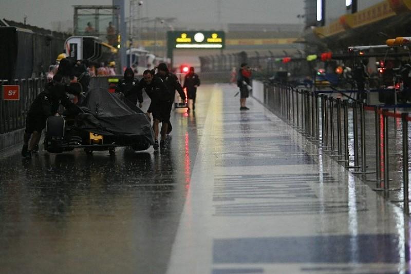 Сильний дощ почався в кваліфікаційний день в Китаї