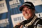 Top Gear-presentatrice Schmitz rijdt WTCC-ronde op de Nürburgring