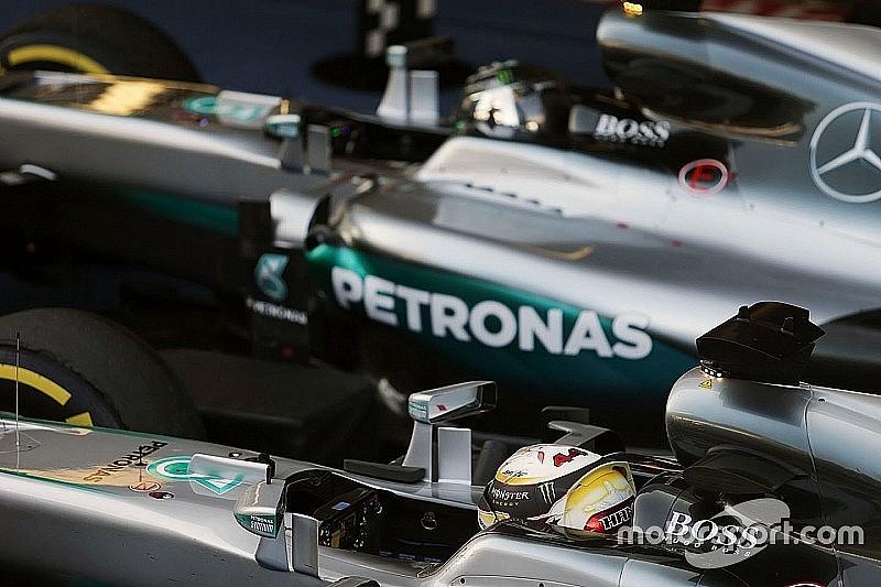 Хемілтон захищає команду Mercedes від критики