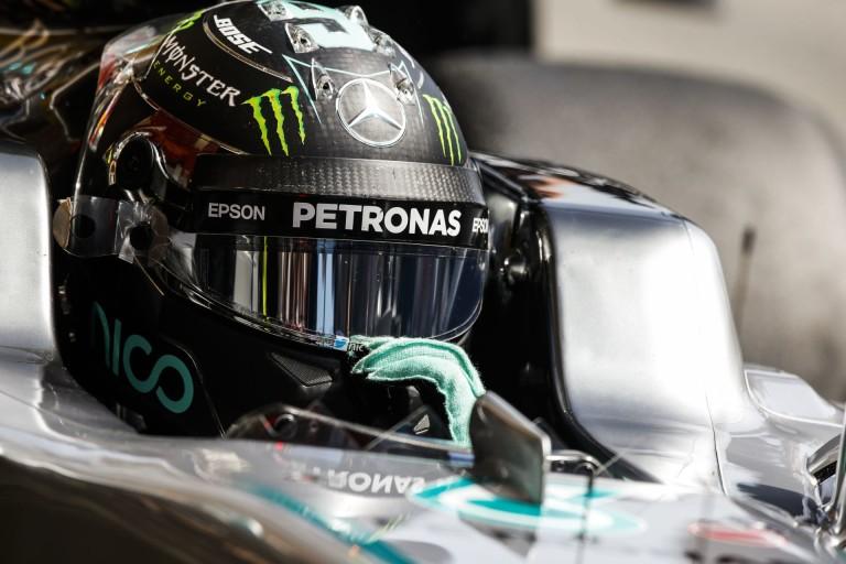 Helikopteres nézetből, ahogy Hamilton nekivágódik Rosbergnek