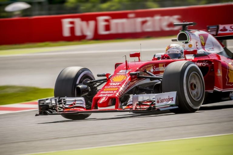 Vettel az élen a barcelonai teszt első napján - több mint 100 kört tett meg!
