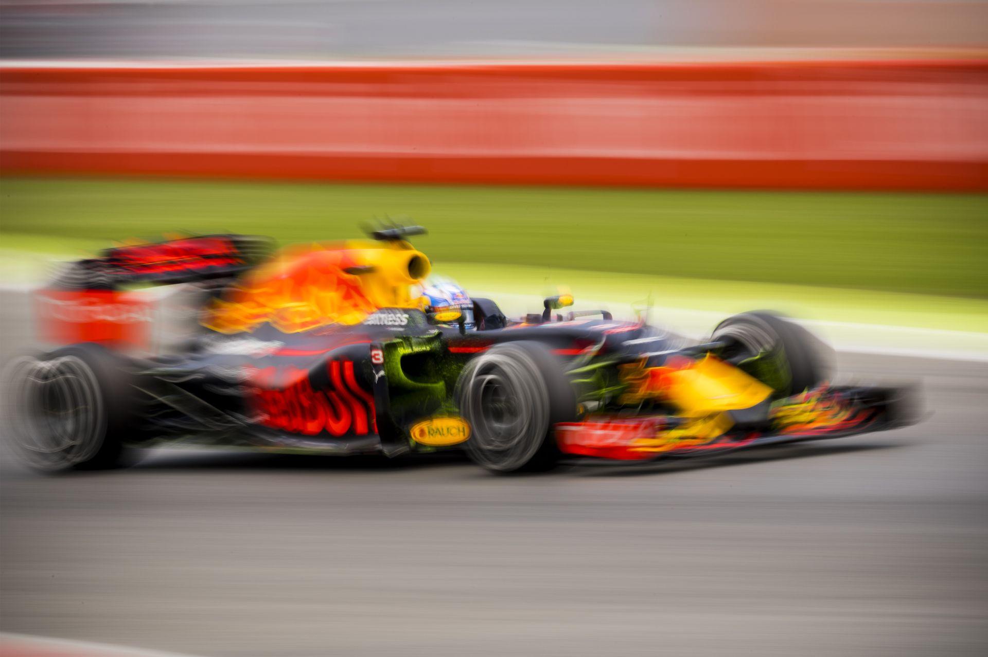 Ricciardo kameranézetéből a Mercedes drámája: vajon mit gondolhatott az ausztrál?