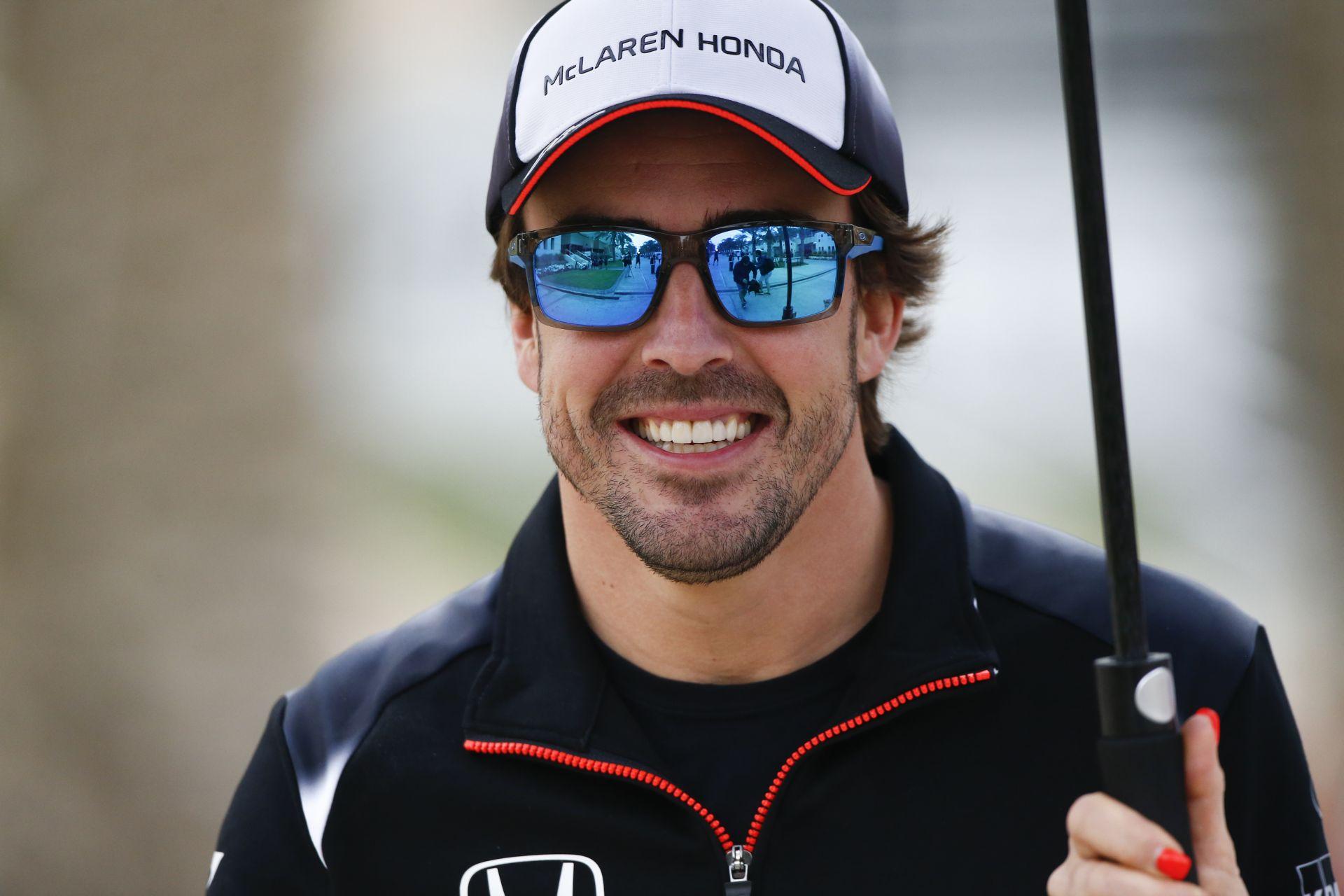 Micsoda pillanat: egymással ölelkezett Alonso és Herbert a Kínai Nagydíjon