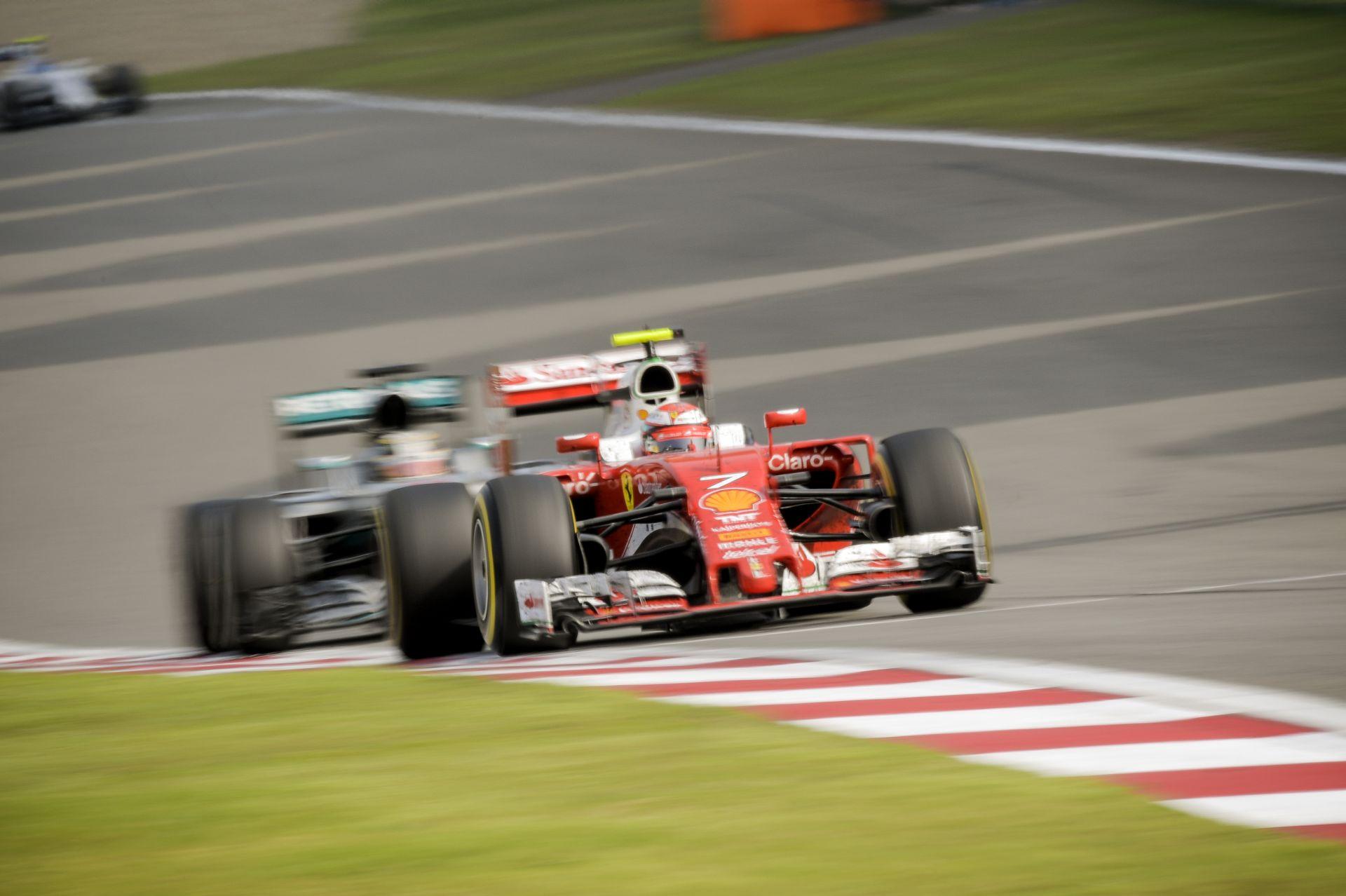 Videón, ahogy Hamilton és Räikkönen is elmegy Ericsson mellett! Micsoda trió!