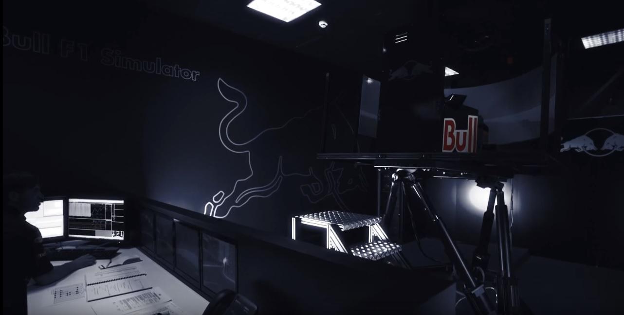 Reszkethetnek a riválisok, ultra-durva szimulátorral állt elő a Red Bull