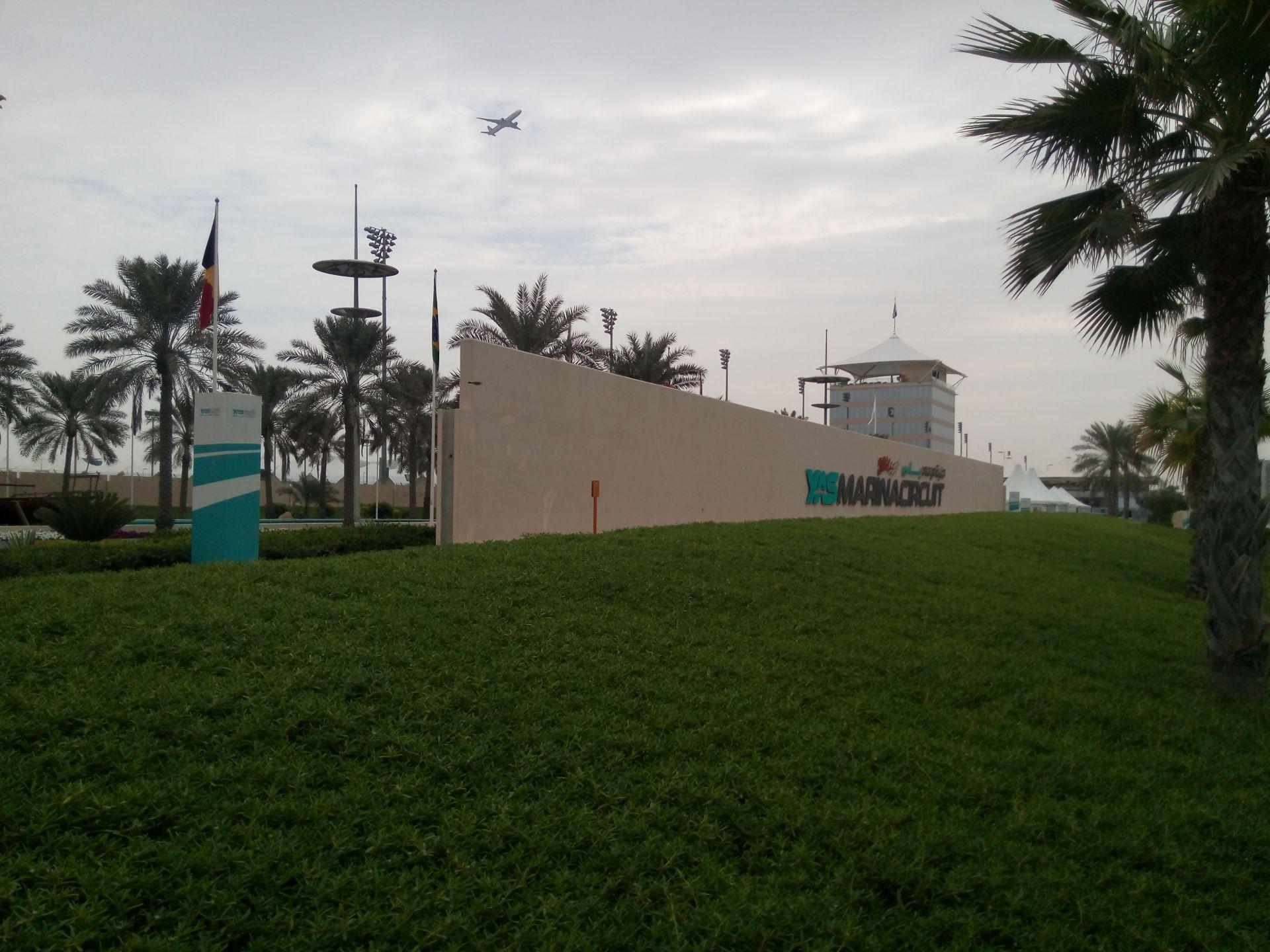 Csak a szokásos Abu Dhabiban: két DRS-zóna, Warwick a negyedik bíró