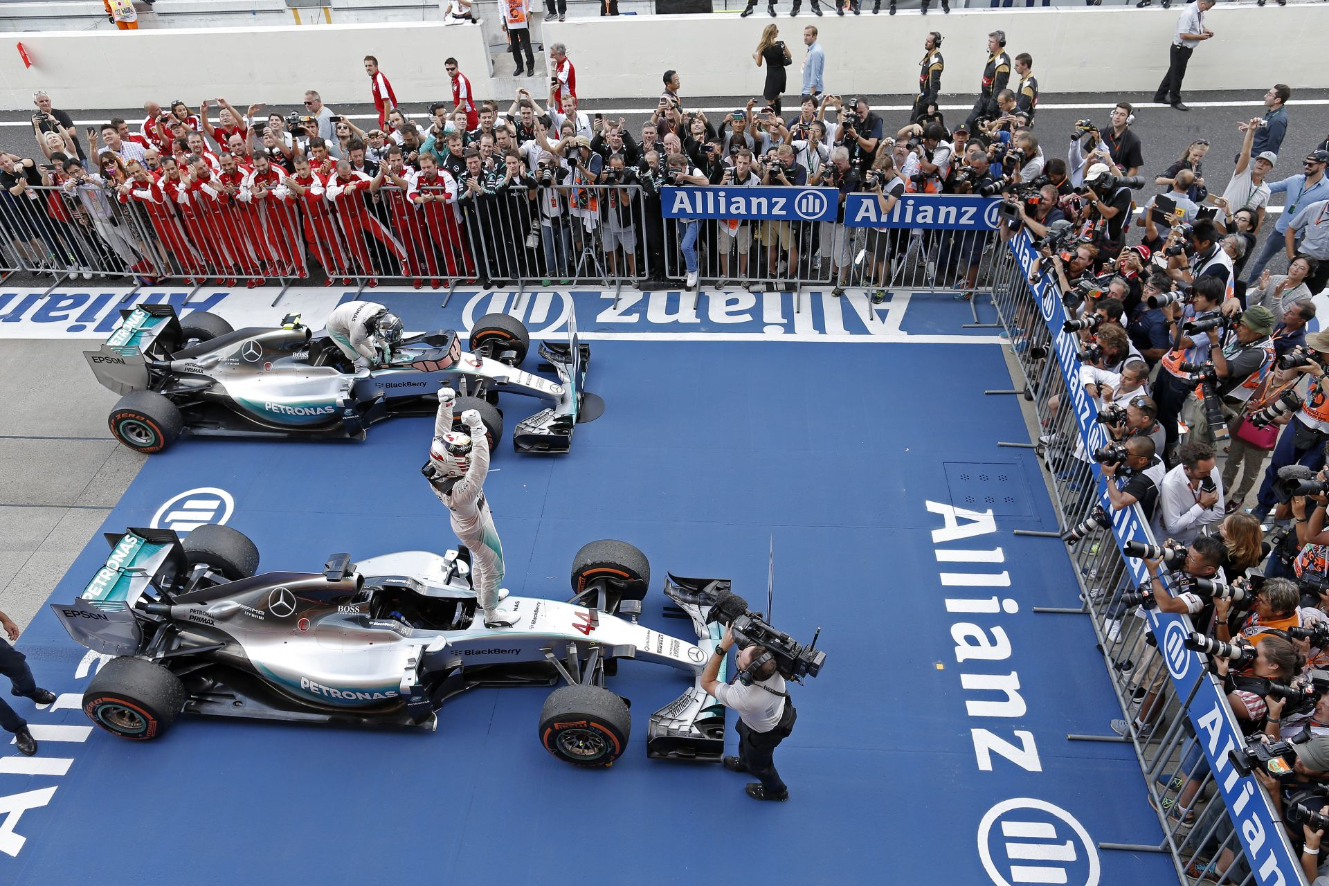 Hamilton: Rosberg nagyszerű csapattárs, akinek keményebb szezonja volt eddig