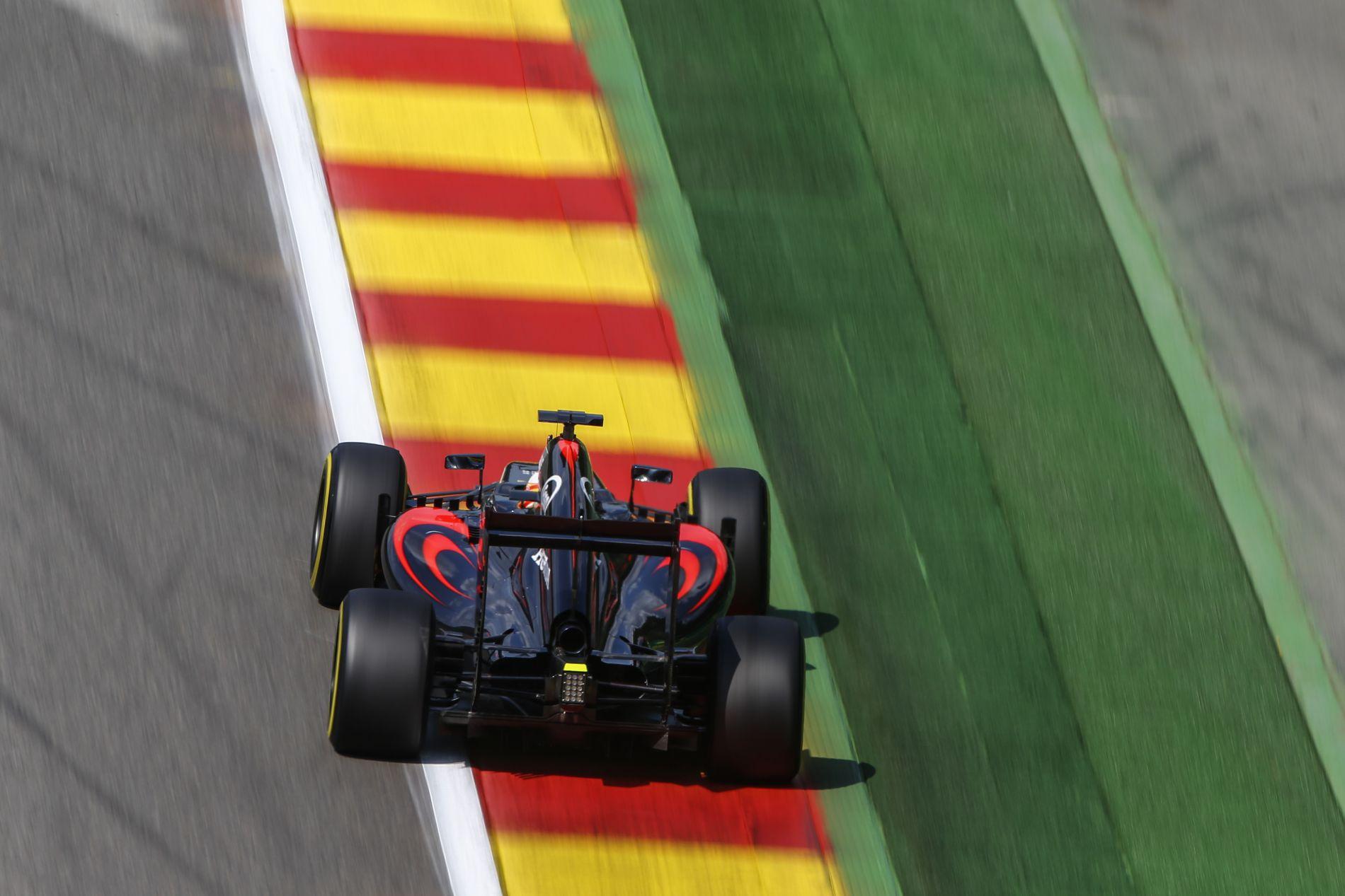 Ez már a hihetetlen kategórián is túltesz: szombatra megint egy új motort kap Alonso és Button, a Spában használtat!